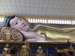 次に行ったのは寝釈迦仏寺院です。靴脱いで院内入ります。広くないけど、寝釈迦様が大きい。