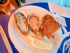 カトリーヌ教会に入らないのは、この近くにある立ち飲み屋が魅力的すぎるから・・・(^_^;) 生牡蠣美味しい(^^♪付け合せのパンは多分おかわり自由。