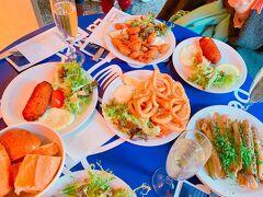 昼から豪華にかんぱーい(^O^) リーズナブルに魚が食べられる立ち飲み屋さんです。 オーダーをして出来上がったら名前を呼ばれるキャッシュオンのお店です。 店員は英語話せますが、メニューボードはフランス語です。 食べたい食材の名前を覚えていきましょう♪ 私はマテ貝があれば幸せです(≧∇≦)