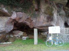 7世紀ごろに作られたお墓として複数の横穴が見られる。