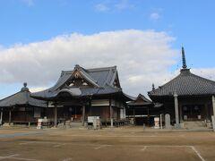 長尾駅を降りてすぐの場所に、四国八十八箇所霊場の第八十七番札所・長尾寺がありました。 市街地の中の普通のお寺です。