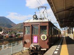 滝宮駅から再度「ことでん」琴平線に乗り、琴平に向かいます。 琴電琴平駅では先ほどみたレトロな電車が停まっていました。