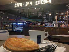 クアラルンプール国際空港は時間に余裕が必要!と読んでいたので二段階目の手荷物チェックの前に、カフェタイム。チキンパイとカプチーノ。リンギットを使ってしまいたいのもカフェタイムの理由☕️