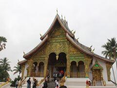 王宮博物館を見学。敷地内のお寺の緑の装飾と屋根の彫刻が見事