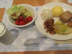 ホテルの朝食はあえて野菜を多く食べるようにしました。
