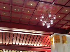 やっとのことで、サナームチャイ駅に到着!  まあ、こういうちょっとしたトラブルが旅の醍醐味でもある^^ (カードの吐き出され方、面白かったし(笑))  サナームチャイ駅は、新しい駅だけあってすごく綺麗。天井とランプが可愛い!