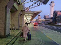 【1日目】  早朝6時半、羽田空港国内線第一ターミナルに到着。  そしてリムジンバスを降りた妻は元気に逆方向へ。  僕「乗るのは南ウィングだよ」