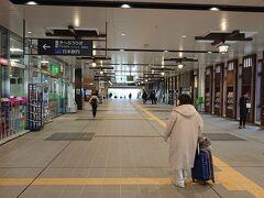 キャリーバッグをガラガラ引き摺りながら、倉敷駅構内を縦断します。  妻「なんか倉敷来たって感じ!」  どこがや。