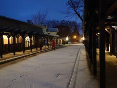 まだ夜も開けきらない朝。 朝風呂に入るため外へ出ると…寝ている間に雪が積もっていました。