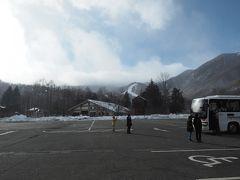 冬ダイヤは乗鞍高原経由。約1時間半で乗鞍観光センターに到着。ここでチェーンを巻くのでトイレ休憩。乗鞍岳は生憎雲の中で見えませんでした。