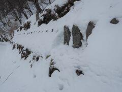 三十三観音。雪に埋もれ寒そう。お顔を拝見できたのは三体のみでした。