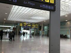 バルセロナ エル・プラット国際空港に到着。  13:00  成田を出て、長かった。  出国するのにとても時間がかかりました。 なかなか進まなかったです。  ホテルまでの送迎付きのプランだったので、出口で運転手さんが待っていました。 何人もと一緒かと思ったら、私たち二人だけ。 贅沢なスタートになりました。