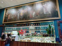 そして行きたかった場所に到着。 ブレラ絵画館のカフェがリニューアルしたと 雑誌で見てたどりつきました。  ブレラ絵画館の入館には長蛇の列ができていましたが こちらは2階に進めば入館せず入れます