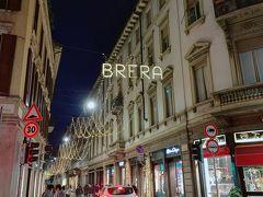町は夜色に。 クリスマス時期は ネオンが美しいから暗くなっても楽しい。 頭上にはブレラの文字