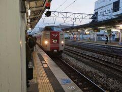 特急やくもが入線してきました。  僕「ひえーっ、381系かあ」 妻「どう言うこと?」 僕「乗ってればわかるよ」  定刻通り7:16に倉敷駅を発車。久しぶりの鉄道旅で、嬉しい!
