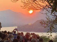 日没前に急いでプーシーの丘に登るが、既にたくさんの人が展望台を埋め尽くしていた