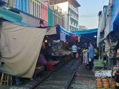 線路の上に市場がある面白い市場です。 しかも、この線路は現役...