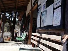 にゃんこが駅前のベンチでまったりお昼寝。