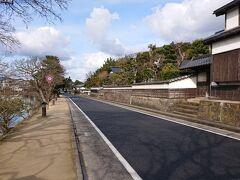 北惣門橋から徒歩10分弱で《塩見縄手》に到着。  昔ながらの屋敷がズラリと並んだ通り。