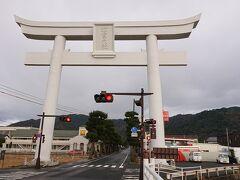 こちらは神門通りの宇迦橋(うがばし)のたもとに建つ大鳥居。出雲大社には4つの鳥居があることから、別名「一の鳥居」とも呼ばれています。  その鳥居中央にかかる看板の大きさは、なんとタタミ6畳分!