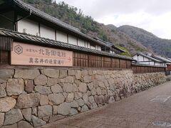 東側の門を出ると、一気に人が少なくなり、静かな「真名井社家通り」に出ました。