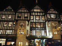 ホテルにも無事チェックイン出来て、少し休んで夜の街へ!  イギリスに留学していた親戚から残額ありのオイスターカードを貰っていたので UndergroundでまずはOxford Circus駅へ。 そこから少し歩いてLiberty Londonへ。 特に何も買わなかったけどライトアップされたLiberty Londonはとても綺麗!