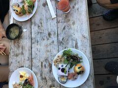 ホテルのラウンジで朝食 スパムの海苔巻きが美味しい、お味噌汁も 種類は多くないけれど朝はこれくらいで充分