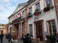 広場を抜けた所に村役場。 クリスマスのデコレーションが施されていました。