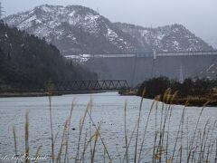 国道252号を進み、田子倉ダムを目指す。冬はこの道路は県境で通行止めとなり新潟県側にはいけないので、行けるところまで行ってみようということである。田子倉ダムの展望台に行く手前で通行止めになっていたので、ここで引き返す。 遠くに霞んで見えるのが、田子倉ダムである。手前の湖は下流の只見ダムでせき止められた只見湖である。