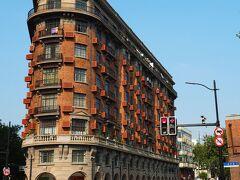 淮海中路まで歩いていくと角が丸くなったお洒落な建物が見えてきた。 武康大楼は1924年に完成し、第二次大戦中に連合軍が実行したフランスのノルマンディー上陸作戦を記念してノルマンディ・アパートという名だったけど、上海市民はこのビル汽船ビルと呼び、現在もその名で親しまれているそう。 2019年春に電柱の地下埋移設が完了し、建物鑑賞を存分に楽しめるようになった。