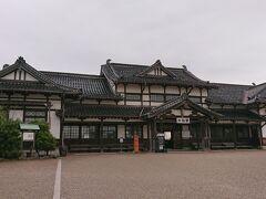 [これより前は 10-9 をご覧ください]  宿から車で10分、《旧大社駅》に到着。  純和風のレトロな木造駅舎、大正ロマンを感じます。