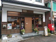 なので、こちらのカフェ《クリフネ》へ。  美保神社の鳥居のすぐ隣りにあります。