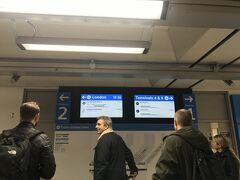 """ロンドン市街まではヒースローエクスプレスで。 事前にインターネットで購入し 当日はスマホに届いたバーコードをかざすのみ。 ネットで買わなくても空港の至る所に係員が立ってるので そこでも購入できます。  ただし到着ロビーからここまで遠かった! 歩いて10分ほどかかったし、わかりにくい!  ★到着ロビーの案内板には""""Heathrow Express""""の文字はないので """"Train""""の文字を追いかけてください。 途中エレベーターを降りて少し進むとようやく """"Heathrow Express""""の案内が表示されるようになります。"""
