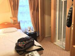 """今回のホテルは""""トロイホテル""""のシングルルームです。  奥から、クローゼット、シャワールーム、洗面台&トイレです。 シャワールームは小柄な私でも狭いと感じました。 しかも照明がないので部屋の明かりでシャワーを浴びるしかありません。"""