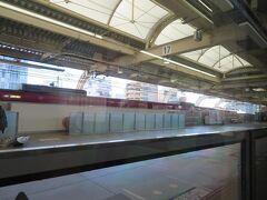 空港線が分岐する京急蒲田駅13時24分。 この駅で指定席車に4人乗車してきて総勢5名になりました。