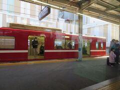 京急川崎駅13時28分。普通浦賀行きを待たせて先に出発します。 京急川崎では指定席車に6人もの大量乗車。ファミリーさんもいました。 これで指定席車は11人に!