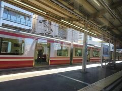 普通電車を待避させて神奈川新町駅を通過。