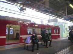 金沢八景駅13時54分。 普通電車の浦賀行きを待たせて先発します。