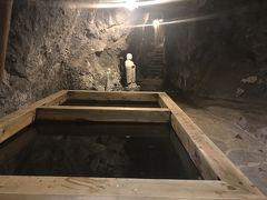 岩窟に一歩、足を踏み入れると息が詰まるような湿って重たい空気が満ちています。たいがいの洞窟は涼しいものですが、ここは暖かく蒸して、とても鉱石を掘り続けることはできなかったでしょう。湯船がありますが、現在は入ることはできません。かわりに湯かけ地蔵に病気治癒を祈願しながらお湯をかけるとご利益があるそうです。