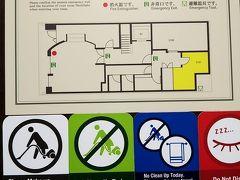 ゆいレールを旭橋駅で降りて宿泊先の『KARIYUSHI LCH.Izumizaki 県庁前(本館)』へ行くと、シングルが足りないので良かったらアップグレードで別館(KARIYUSHI LCH. 2nd Izumizaki)の方へどうですかと言われました。 え、アップグレード?別館の2ndが? まあ、広さ的には別館の方が広いけど、本館は1Fにコンビニが有るけど別館の周りには何も無いし、折角本館まで来たのに今来た道を又戻るように歩いて行かなきゃなりません。「アップグレード」って言えるのかな・・・・。  結局、了承。 元々別館は本館でチェックインしてから移動という形なので、そのまま本館でチェックインしてカードキーを貰いました。「部屋は1Fの〇〇号室です」と言われた時には(え?1F?!)とちょっと後悔したけどもう遅い。 てくてく歩いて別館へ移動。カードキーをかざさないと建物内部に入るドアが開きません。勝手に無人だと思っていたフロントに人が居ました。「こんにちは。このまま部屋に行って良いですか。」と一声かけて部屋へ。