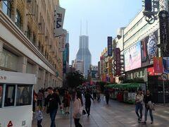 今日は本当にいい天気で歩いていると暑くなってきた。 ジャケットを脱ぎ、腰に巻いても汗だく。 途中「静安寺」より地下鉄に乗って「南京東路」にやってきた。 エネルギッシュな中国を感じる場所だぁ。