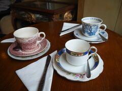 """HPから予約していた""""Candella Tea Room"""" 開店の10時に行きましたが6つのテーブルの内、すでに2組入店済みで他の2つのテーブルには予約済の札があります。 どのテーブルにも最初からティーカップが3つセットされています。 柄が全部バラバラなのも素朴でイイ。"""