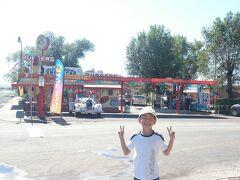 スノーキャップ。ハンバーガーやソフトクリームを売るファーストフード店。理髪店のエンジェルさんのお兄さんのお店だとか。こちらにもオールドカー。