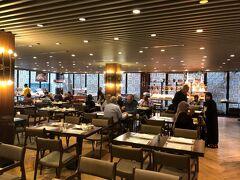 少し時間は飛んで空港到着後、タクシーで移動して滞在先の『スラ ハギアソフィア ホテル』の朝食風景です。(ホテルの情報 https://surahotels.com/sura-hagia-sophia-hotel)  かなりキレイなホテルでハネムーンという事で、ここはケチらなくて良かったと妻も納得のクオリティーでした。