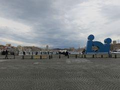 華やかなカヌビエール通りを真っすぐ進むと 旧港(Le Vieux Port)に出ました。