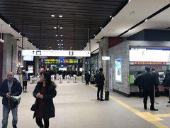 一時間かからないで熊本駅に着きました。  駅が街の中心にあるわけではない感じで、駅とその周辺はあっさりした感じでした。 熊本市は、市街地が一点に集中しているのではなく、まんべんなく開けたところが広がっている都市という印象を受けました。 市街地がとにかく広くて、わがホームタウンのの仙台市が駅や市役所周辺に全振りされており、街から15分ほど移動すると郊外になるのとは対照的でした。