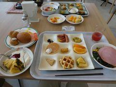 そして8:10。朝食へ。 このホテルの朝食は大好き。 朝からめいっぱい行きます。