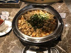 ホテルに戻ってきました。ホテルの朝食ビュッフェを物色がてらつまみ食いに。 こちらは麻婆豆腐。