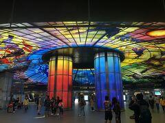 美麗島駅の巨大なステンドグラスのドームです。人間の一生のを4つのテーマで描いているそうです。すごく綺麗です。