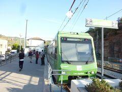 地下道をくぐって登山電車に乗り換えます。